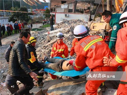 绵阳一挖掘机拆房时操作失误 驾驶员当场身亡