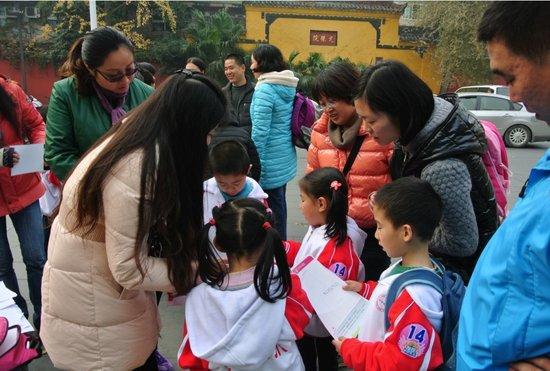 家长陪小学生开展亲子越野活动 学名句拍天鹅