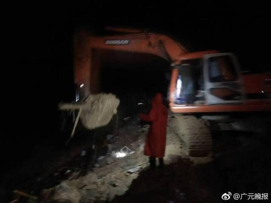广元青川一家三口被埋 经9小时救援3人遗体被找到
