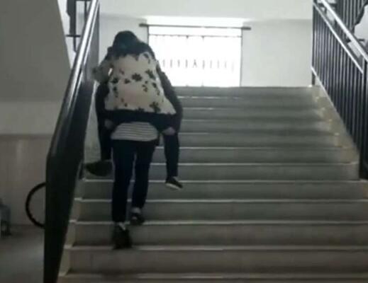 成都女女王崴伤脚坚持上课视频自发轮流背其的老师学生图片