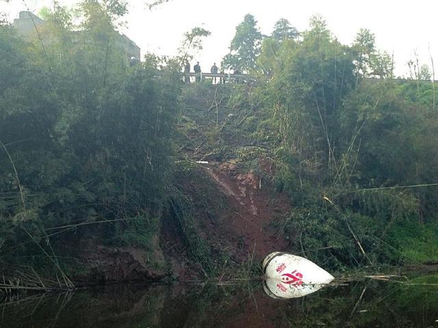 内江水泥罐车撞小轿车坠河 两司机当场死亡(图)