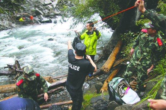 14驴友违规穿越卧龙1名女性溺亡 被困6人获救