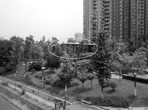 成都一售楼中心住进公园引争议 明年将拆迁
