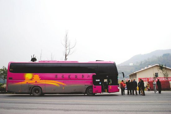 一辆旅游大巴停靠在纳黔高速公路旁.-旅游大巴泸州被逼停续 市场上
