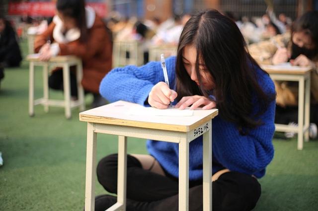 成都千名学生操场写家书 女生愧疚:忘了写信格式