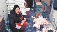 两女子手工翻装无碘盐