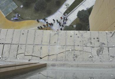 25层电梯公寓交房才两月 5楼一片墙垮塌(图)