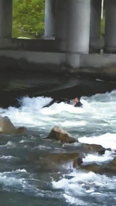 乐山摩托艇悲剧:一人落水一人去救两人都被冲(图)