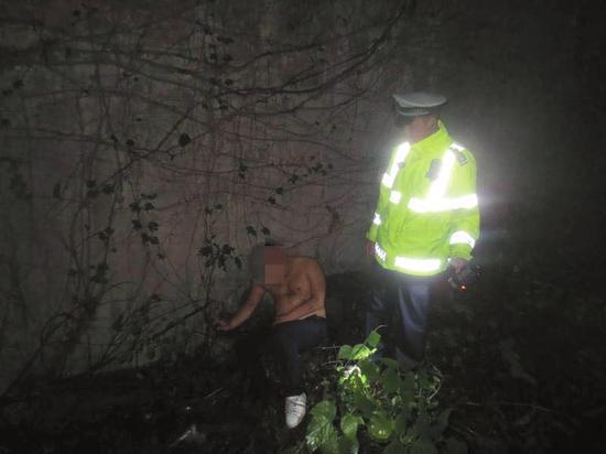 醉酒男抢朋友车强闯高速 被四川民警发现酣睡草丛中