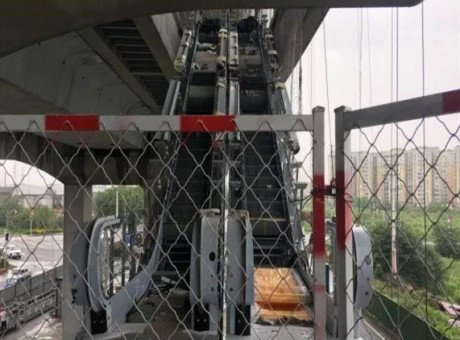 成都地铁10号线二期所有站内扶梯完成吊装进站