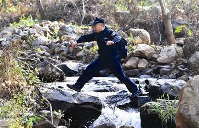 """攀枝花山路上的""""背包警察"""" 十年背坏三个背包"""