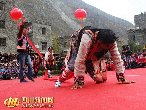理县羌家儿女欢聚一堂载歌载舞庆羌年