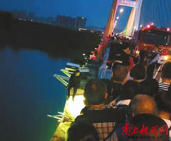 南充一男子感情出问题 双腿悬空坐在大桥栏杆外