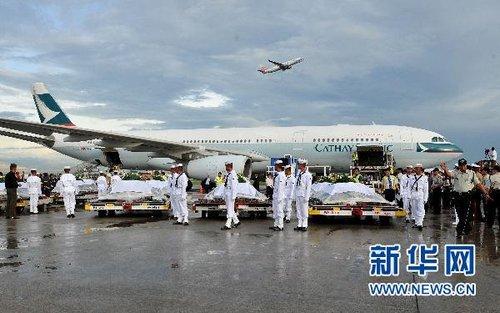 运送菲律宾人质事件遇难者遗体和伤者的包机返回香港