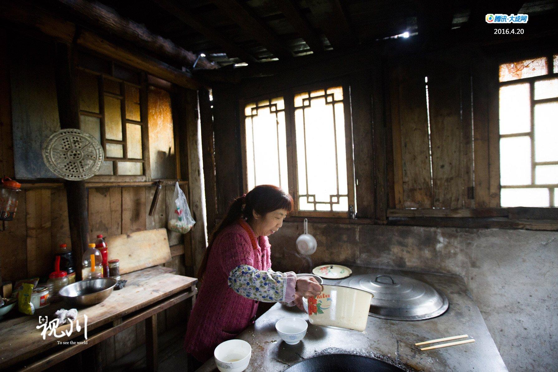 厨房用的是农村常见的柴灶.图片