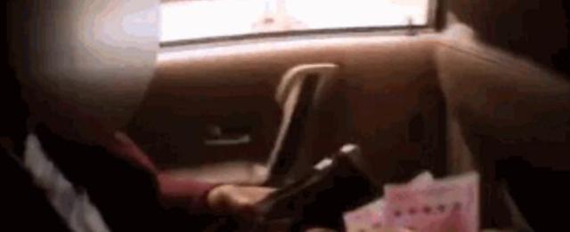 """男子醉驾路口怒怼前车 给交警塞钱""""求放过"""""""