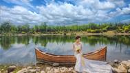 新娘坐在木船上凹造型