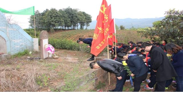 牢记使命 合江小学师生缅怀烈士刘先火
