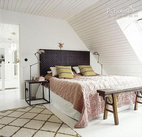 设计重点:卧室一角的设计   卧室采用斜拉顶的吊顶设计,窗...