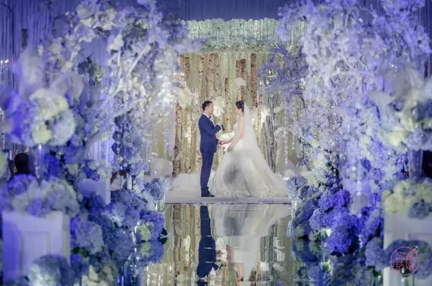 """新人太有才 直接把""""树林""""搬到婚礼上"""