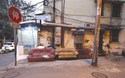 成都大件旧家具成麻烦:小区不能丢 旧货市场不收