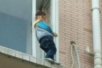 老人外出买菜 成都3岁小男孩爬出5楼窗户