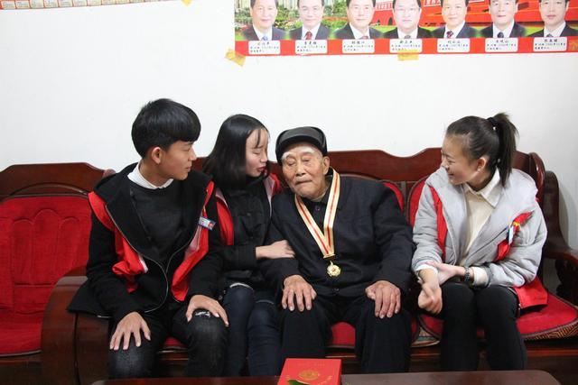成都郫县希望职业校园师生看望慰劳老赤军