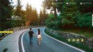 新人在公路上牵手散步好恩爱