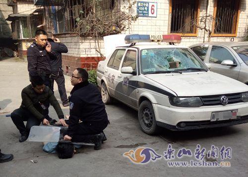 乐山某小区内一男子持刀肇事 被警方开枪打伤后制服