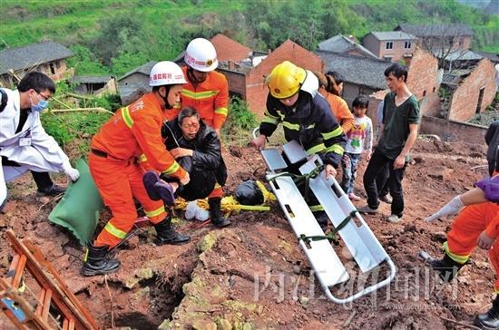 扫墓途中老人不慎坠入井中 消防官兵紧急救援(图)