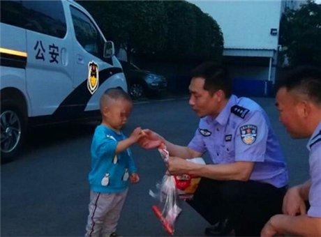两岁男童走丢后被警方找到 父母竟浑然不知