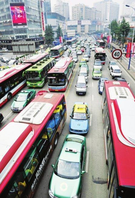 成都市民支持通宵公交 期待夜游锦里宽窄巷子