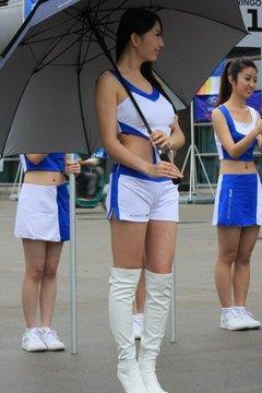 美女车模到现场助阵 白色的长筒靴衬托出修长的美腿