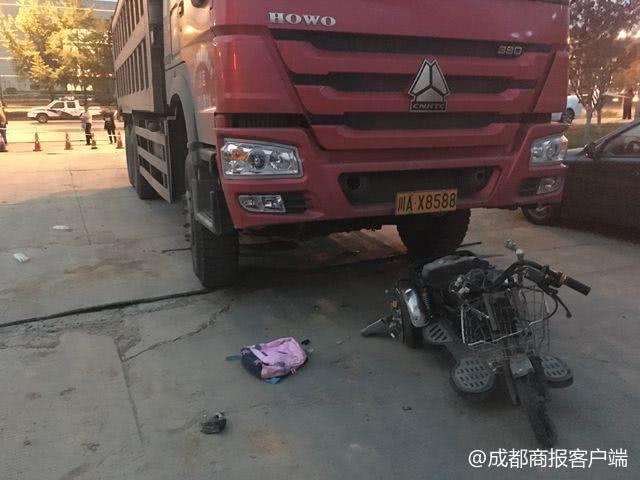 成都三环路货车撞翻电瓶车 5岁女孩当场丧生爷爷重伤