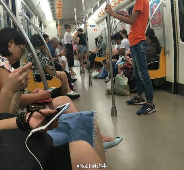 网曝小女孩成都网友上尿尿引地铁一片吐槽(图个性qq带字女生皮肤图片