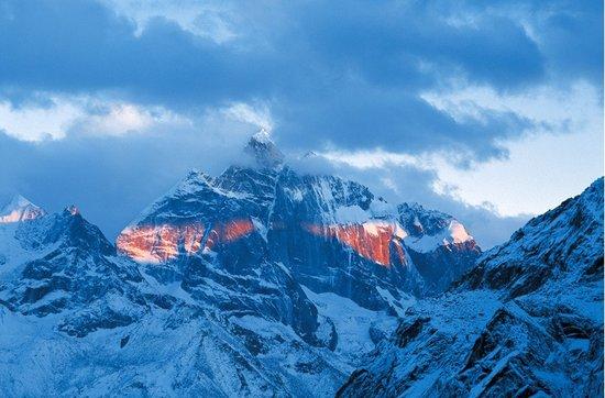 就是这座圣山,吸引着无数驴友前来攀登。 图据:四姑娘山微博