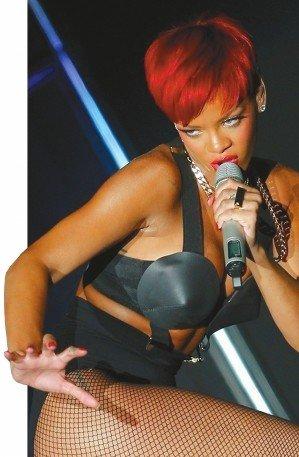 蕾哈娜个唱造型狂野 红发渔网袜配锥形文胸