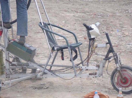 成都工人用摩托车零件造土飞机 首飞失败(图)