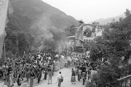 北川灾区上万羌族群众祭拜大禹4137年诞辰