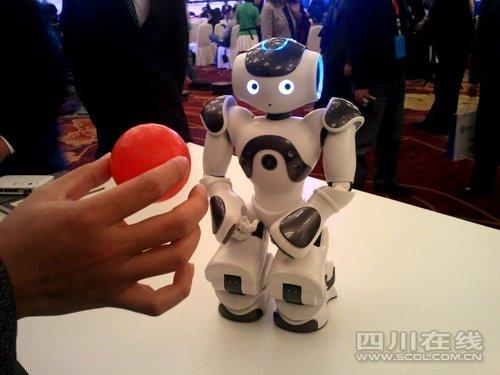 智能双足机器人亮相欧洽会 会跳舞卖2万欧元