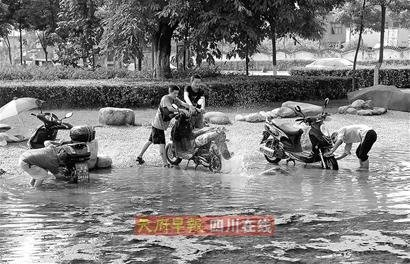 """成都沙河公园景观湖竟成天然""""洗车场""""(图)"""