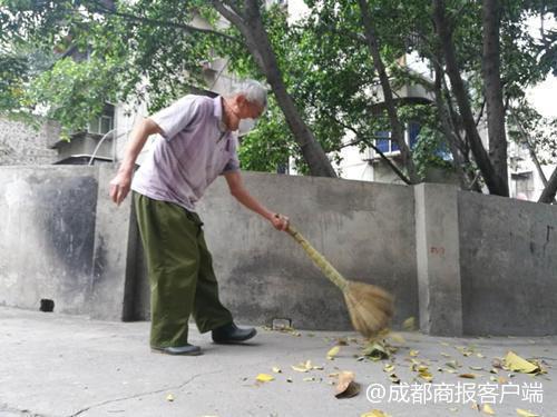 攀枝花退休大爷义务扫街15年 每天2次每次3小时