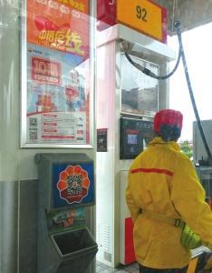 泸州一加油站贴二维码 市民:不是禁用手机吗(图)