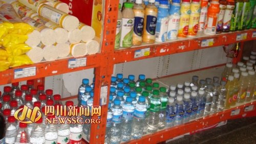 超市里各种饮品供应充足-涪江边上的平武县为何饮水无污染