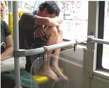 成都公交车现光脚男 踩座打瞌睡被指不文明