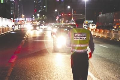 深圳交警查处违章使用远光灯的司机