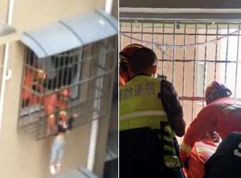 绵阳一小孩悬吊10楼护栏外 随时可能落下