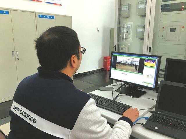 """西成高铁首个智能巡检机器人 """"成成""""投入试运行"""