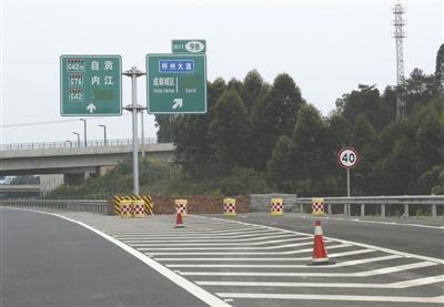 成都二绕部分交通标志指示不清 各种编号让人迷糊