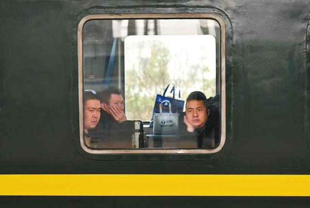 四川融入全国高铁网 绿皮火车加泡面正淡出春运(图)